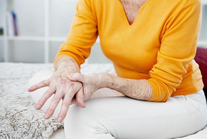 Боли в области пораженного подагрой сустава