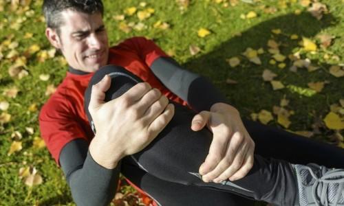 Боли и припухлость в области колена - симптомы болезни Шляттера