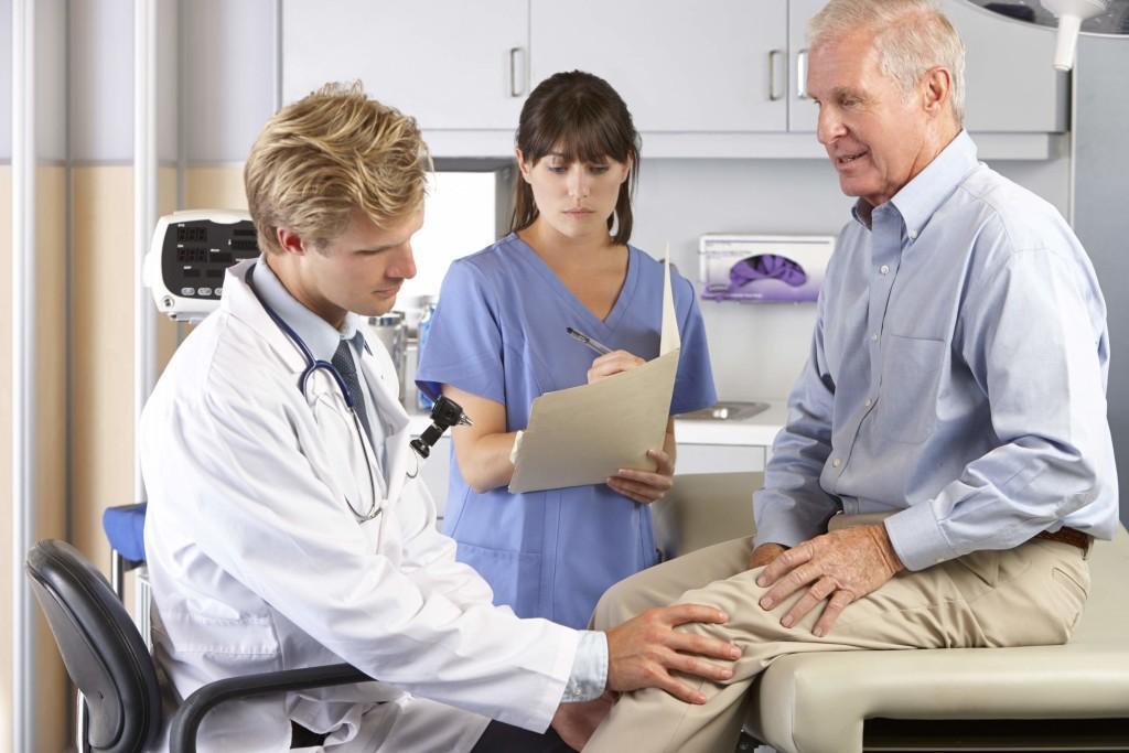 Врач осматривает колено перед постановкой диагноза