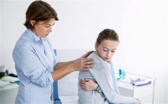 Выявление врачом сколиоза