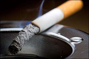 Злоупотребление никотином, вследствие чего связки теряют эластичность и становятся ломкими