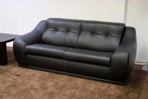 Кожаную мебель лучше застелить хлопковым покрывалом или заменить