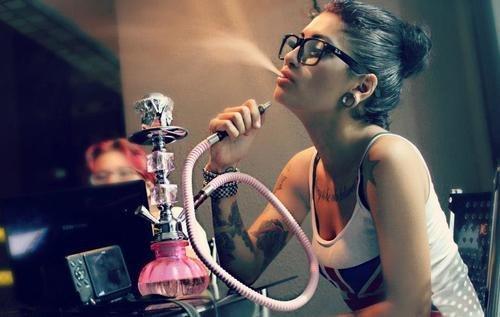 Курение кальяна распространено среди молодых людей
