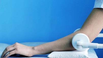 Лечение направлено на устранение отёчности, воспаления, болезненности, восстановление объёма движений в локтевом суставе