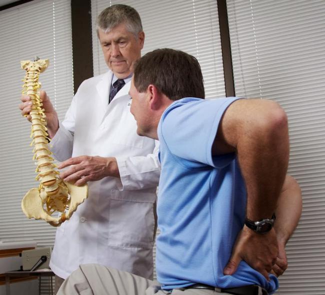 Лечение остеохондроза позвоночника проводится нестероидными противовоспалительными препаратами, которые назначает врач