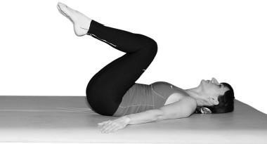 Медленно подтягиваем колени к груди и медленно опускаем ноги на пол