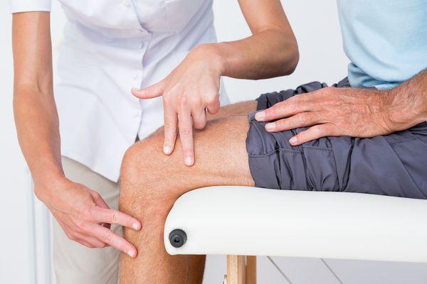 Осмотр коленного сустава врачом
