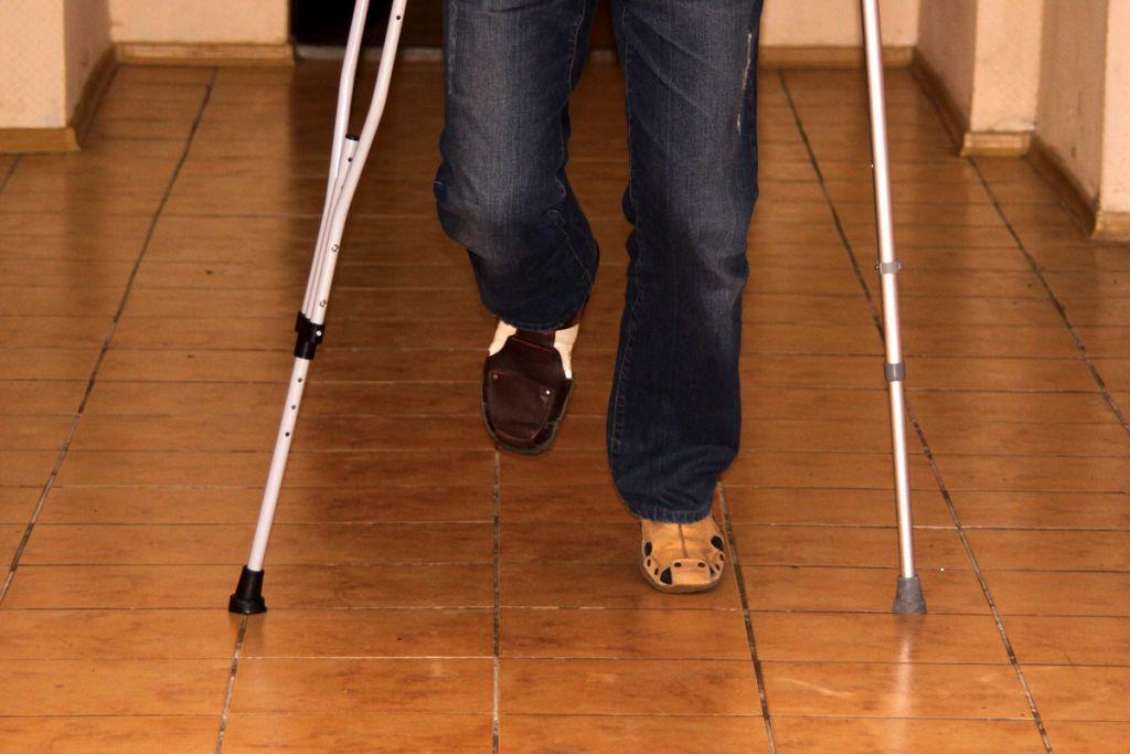 Передвижение на костылях при вывихе