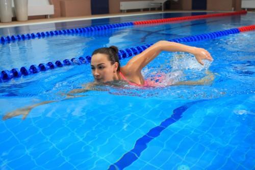Плавание в бассейне полезно