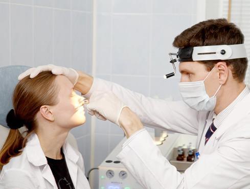 При затяжном насморке необходимо обратиться к врачу