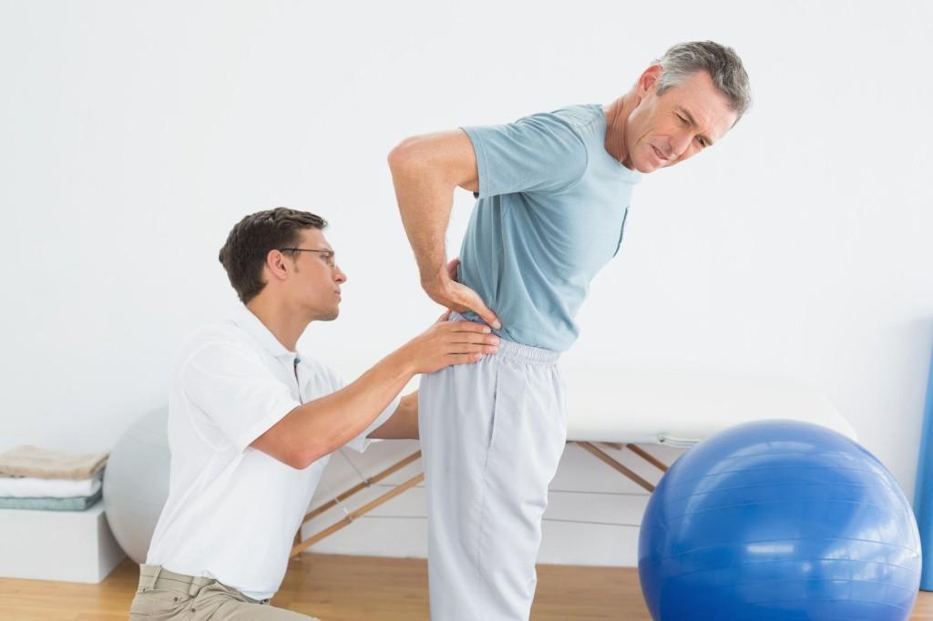 Сильные боли в спине - главный симптом остеохондроза