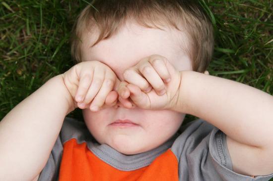 Лечение глаз малыша выполняйте старательно, прислушиваясь к предписаниям офтальмолога