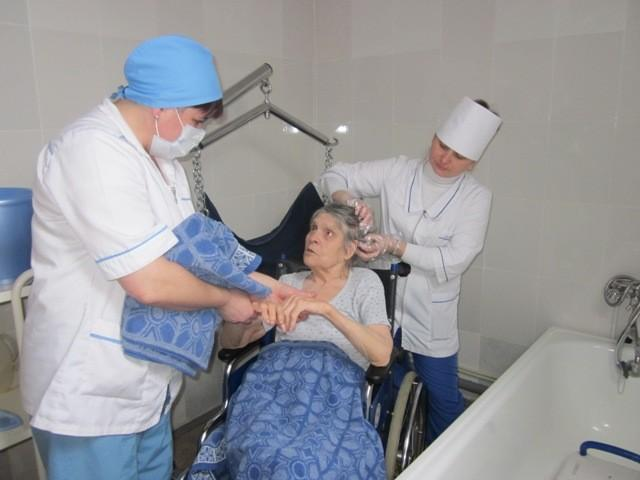 На фото пациент после инсульта