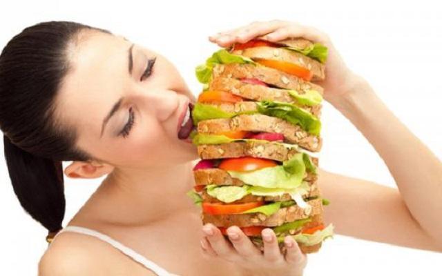 Неправильное питание связано с появлением прыщей