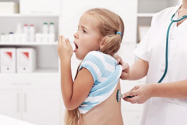 Плеврит легких. На фото ребенка с подозрением на плеврит осматривает врач