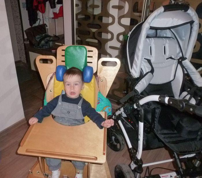 Ребенок в опоре со столиком