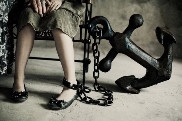 Это состояние рождает комплекс психосоматических расстройств, которые проявляются как перепады настроения, истеричность, апатия