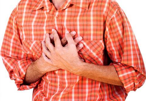 Боли в груди и чувство тяжести - один из признаков повышенного нижнего давления