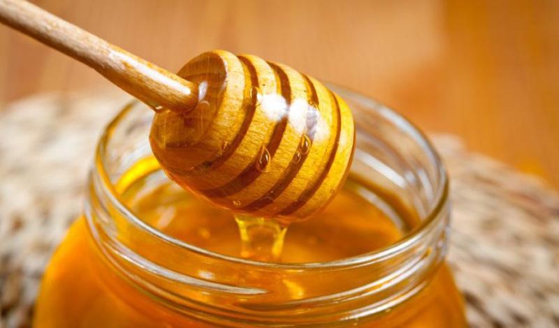 Мед формирует на пораженных слизистых оболочках лечебную пленку, что способствует скорейшему выздоровлению
