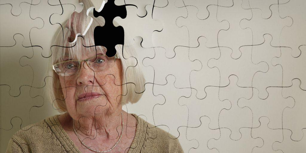 При проявлении деменции больному кажется, что все вокруг люди настроены против него