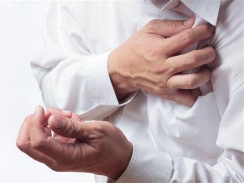 Сильная или ноющая боль в грудной клетке - признак мерцательной аритмии