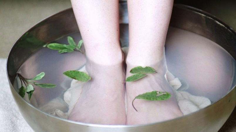 Горячие ванны для ног помогут справиться с заложенностью носа