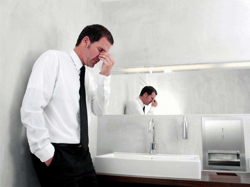 Проблемы с мочеиспусканием - один из симптомов болезней по урологии у мужчин