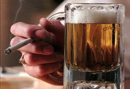 Частое употребление алкогольной продукции и курение могут вызвать потерю голоса