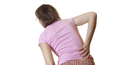 Боль и дискомфорт при длительном пребывании в одном положении могут быть симптомами остеопороза