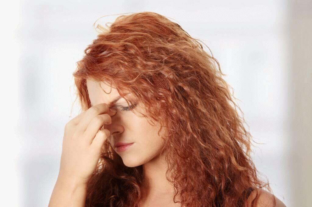 Боль отдает в глаз, ухо, может наблюдаться подташнивание