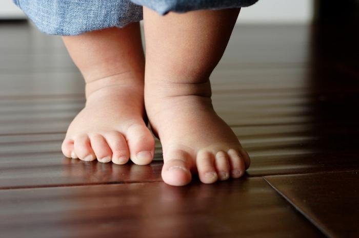 Важно заниматься здоровьем ребенка и при обнаружении плоскостопия сразу же начинать лечение