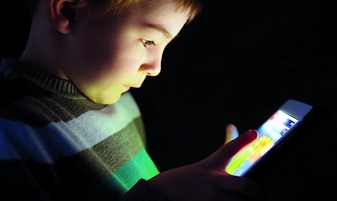 Все чаще дети подвижным играм предпочитают компьютеры и смВсе чаще дети подвижным играм предпочитают компьютеры и смартфоны артфоны