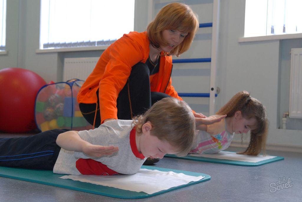 Выполнение гимнастики при сколиозе