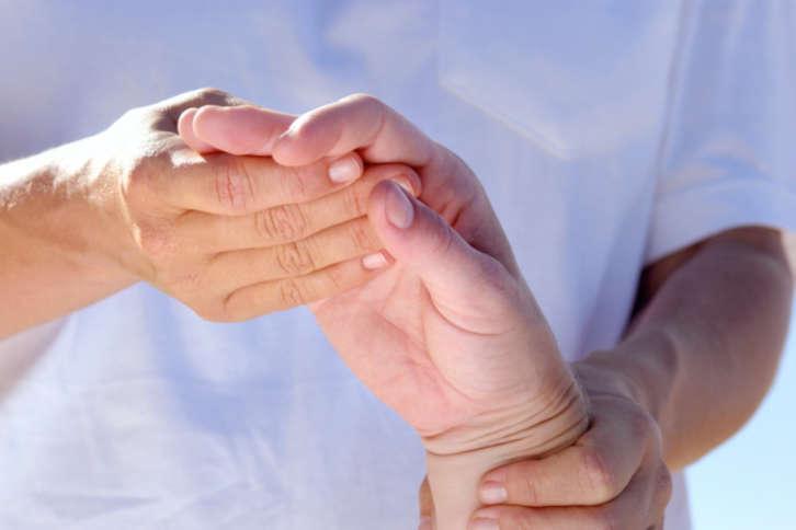 В первую очередь лечение направлено на устранение боли и деформации суставов