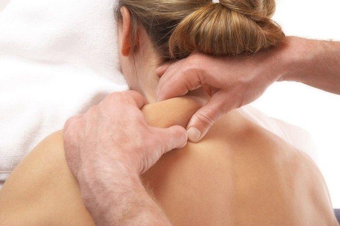На фото лечебный массаж шейного отдела и воротниковой зоны