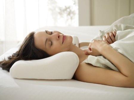 Нужно обеспечить правильное положение во сне и не носить тяжести