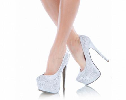 Обувь на высоком каблуке - одна из причин отложения солей в коленном суставе