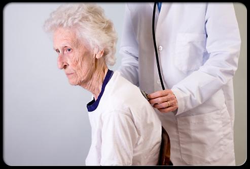 Осмотр врачом пациентки с остеопорозом