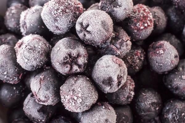 На фото заморозка ягод аронии