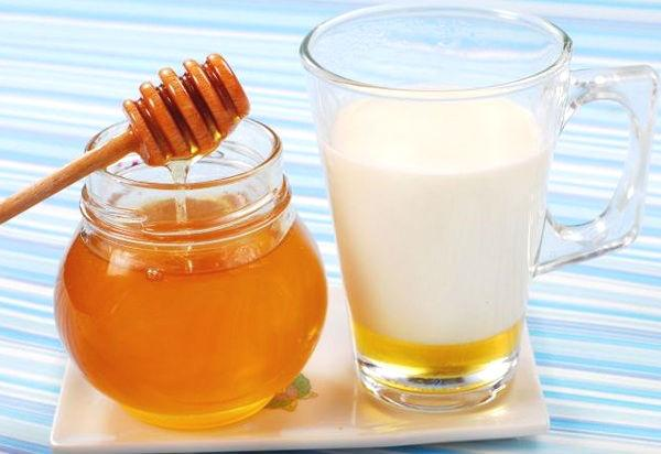 Теплое молоко с медом и содой