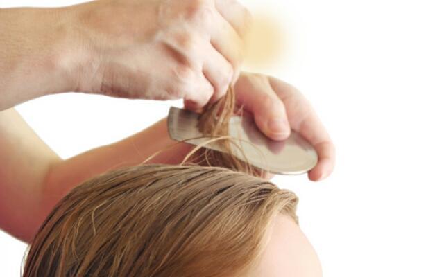 Вычесываем волосы после процедуры