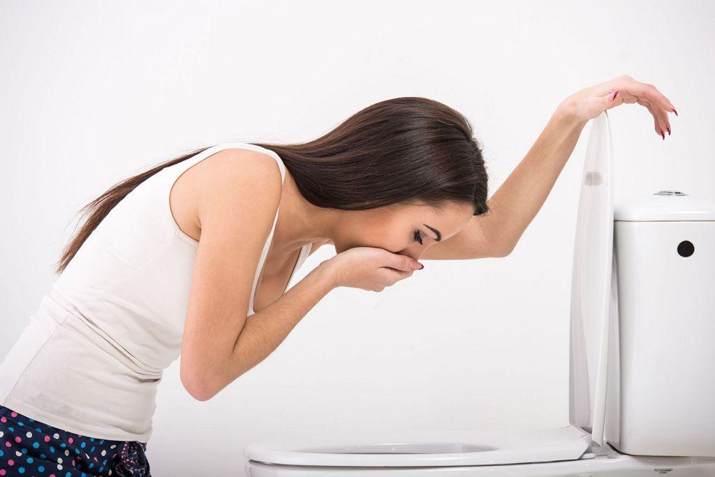 Рвота - один из признаков передозировки порошками от простуды