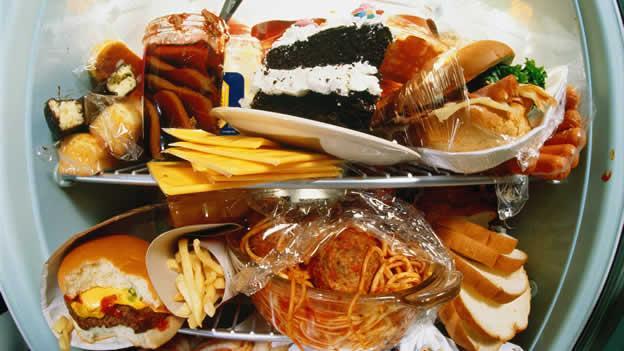 Жирная, острая и соленая пища может выхвать боли в желудке