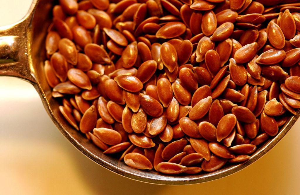 Настой из семян льна помогает ускорить процесс регенерации поврежденных стенок кишечника