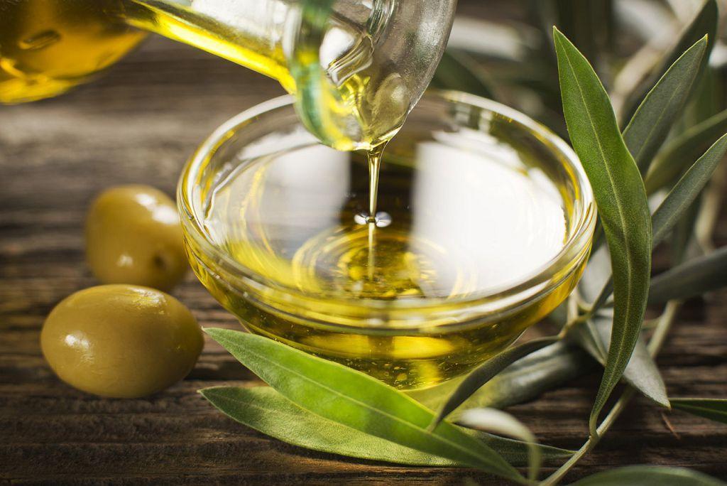 Оливковое масло в сочетание с ромашковым отваром помогут устранить симптомы сухой экземы на руках