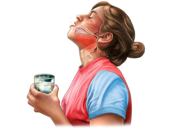 Полоскание горла отлично снимает болевые симптомы