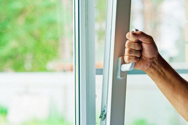 Частое проветривание помещения - мера профилактики против потницы