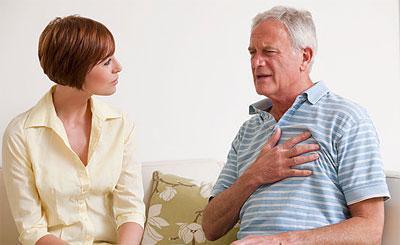Боль локализуется в груди и спине