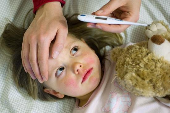 В период обострения артрита у ребенка повышается температура