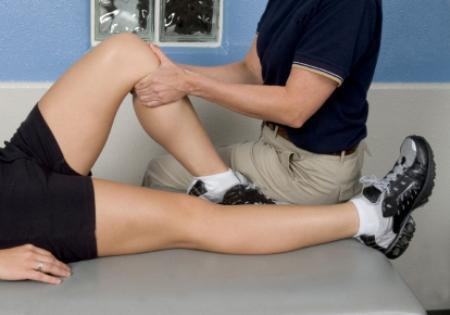 В реабилитационный период хорошо делать массаж колена